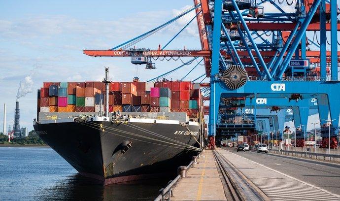 Nakládka lodních kontejnerů v hamburském přístavu.