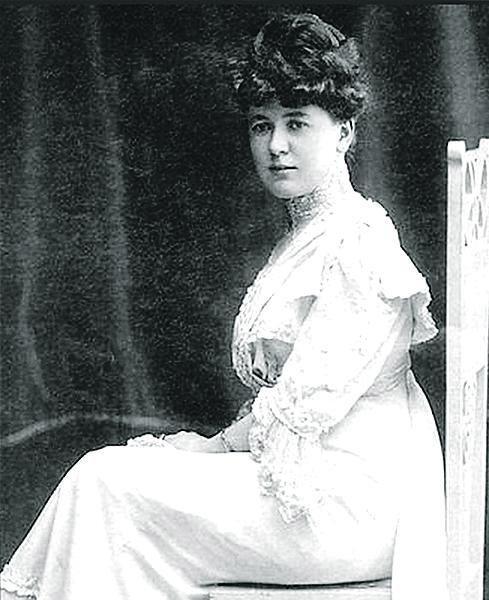 Hana Podolská se vyučila dámskou krejčovou v Praze, u Anežky Fišerové v Celetné ulici