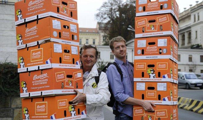 Happening 11 banánovek pro Onderku se uskutečnil 13. října v Brně. Recesisté při něm na magistrát přinesli primátoru Romanu Onderkovi jedenáct krabic na stěhování. Na snímku jsou Martin Mikeska z půjčovny krabic (vpravo) a Dean Obritzhauser z iniciativy Žít Brno.