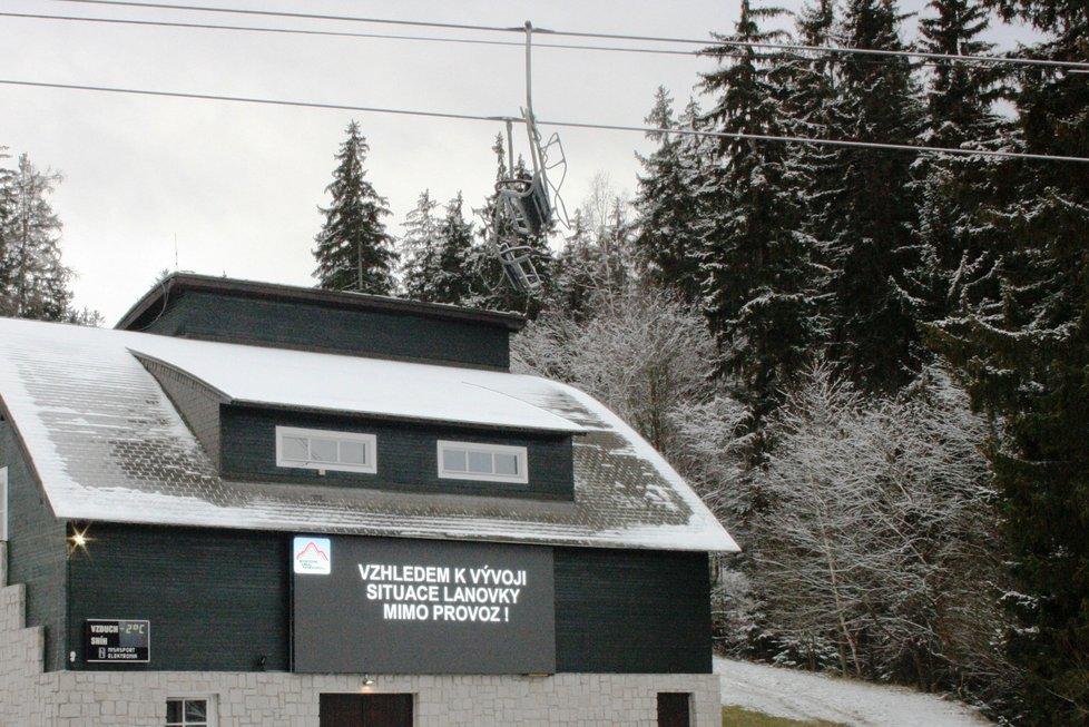 Vypnutá lanovka na Čertovu horu v Harrachově na snímku z 26. prosince.