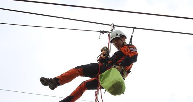 Jeden z nejtěžších možných zásahů - záchranu člověka ze sloupu vysokého napětí, trénovali jihomoravští hasiči.