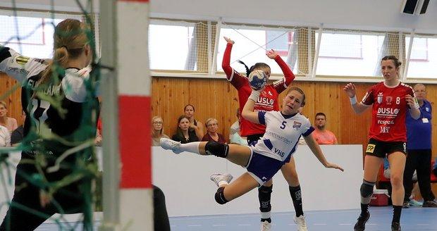 Laura Víchová  (v bílomodrém) ještě v dresu házenkářek Veselí nad Moravou hájí v letošní sezóně barvy Hodonína. Hodonínské hráčky budou sezónu začínat ve veselské sportovní hale.