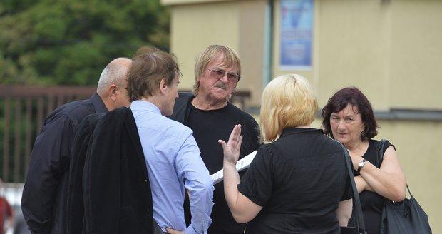 Srpen 2017 Tomáškova matka na Pavlíkově pohřbu očerňovala vdovu Janků dokonce i před Karlem Vágnerem.