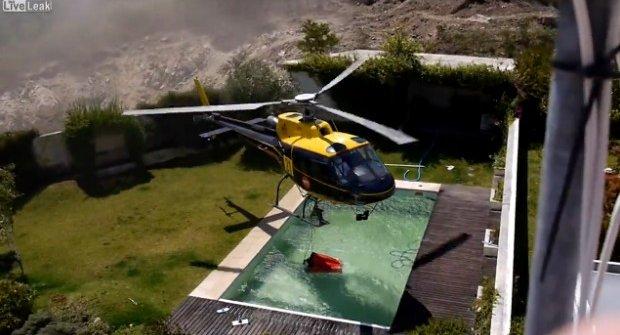 """Požární helikoptéra si """"půjčuje"""" vodu z bazénu"""