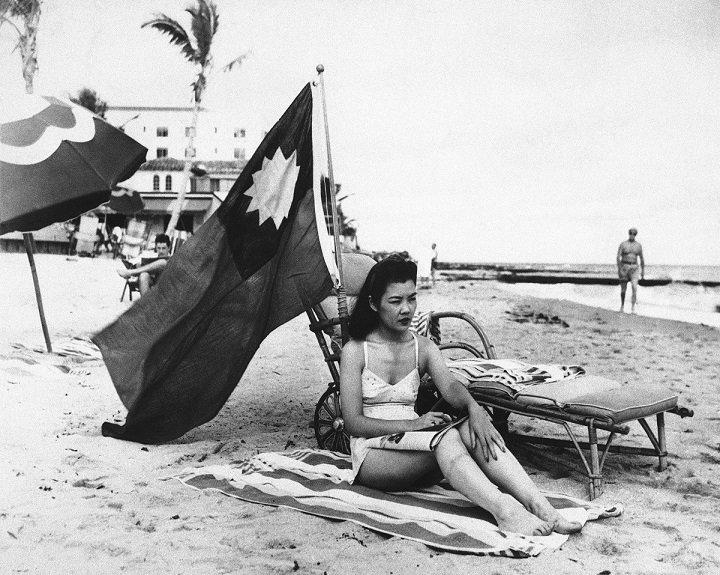 Miami, 15. prosince 1941:  Ruth Lee pracovala jako číšnice v restauraci. Týden po útoku na Pearl Harbor měla den volna, vzala si s sebou na pláž a čínskou vlajku, aby si ji lidé nepletli s Japonkou.
