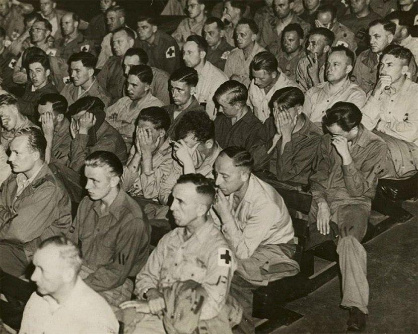 Německým válečným zajatcům v amerických táborech ukazují záběry z německých koncentračních táborů