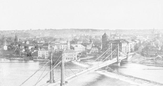 Snímek mostu Františka Josefa I. v Praze, kterému se lidově říkalo Eliščin. Období 1885–1890.