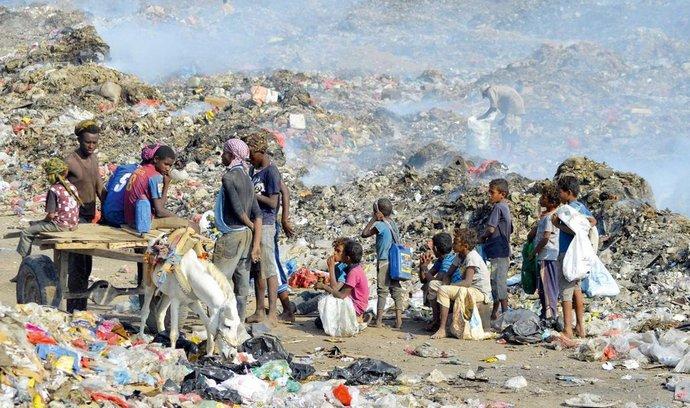 Hlad. Jemencům kvůli válce a blokádě chybějí základní potraviny.
