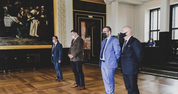Náměstek pražského primátora Petr Hlaváček (TOP 09) předal na Staroměstské radnici zástupcům běloruské opozice symbolický dar v podobě stříbrného odznaku Prahy.