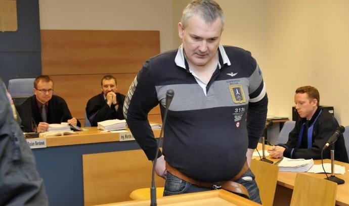 Hlavní protagonista takzvané lihové mafie Radek Březina obžalovaný z nedovoleného ozbrojování stanul 20. dubna před senátem Okresního soudu ve Zlíně.