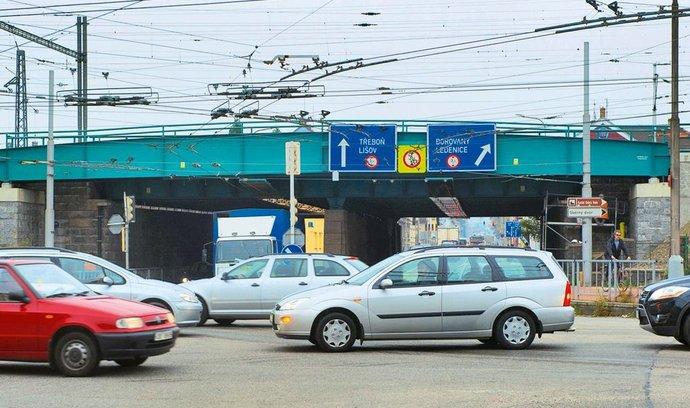 Dálniční karta. Klíčovým předvolebním tématem je budoucnost dálničního obchvatu Českých Budějovic, byť jeho výstavbu mohou krajští politici ovlivnit jen nepřímo. Na snímku je jedna z každodenně přetížených budějovických křižovatek ulic Nádražní a Rudolfovská.