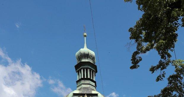 V kostele sv. Petra proběhla demontáž věžních hodin