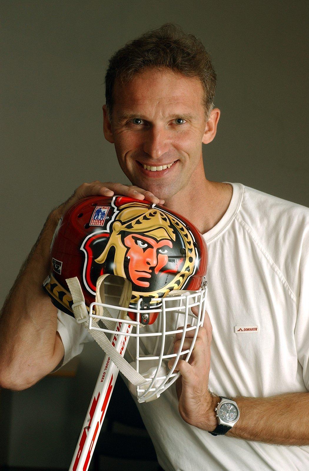 2005. Dominik Hašek s helmou, se kterou chytal v NHL za Ottawu.