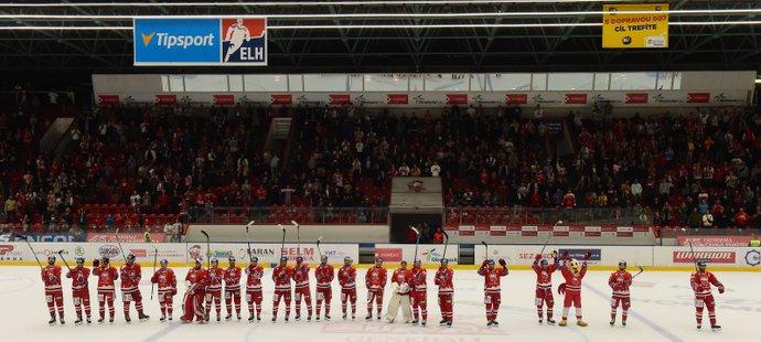 Hokejisté Olomouce zdraví diváky na svém stadionu