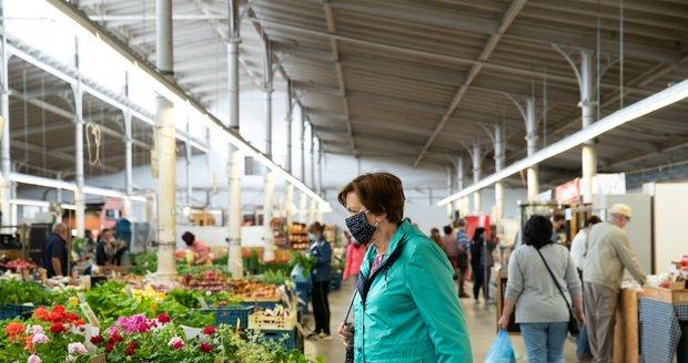 Pražané vyrazili na nákup zeleniny do Holešovické tržnice. (6. 6. 2020)