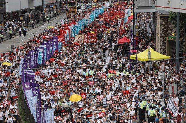 Organizátoři očekávají, že se do protestů v Hongkongu zapojí až půl milionu demonstrantů.