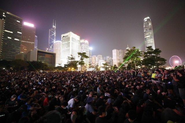 Připomínku protestů proti Číně z roku 2014 provázelo v Hongkongu opět násilí.