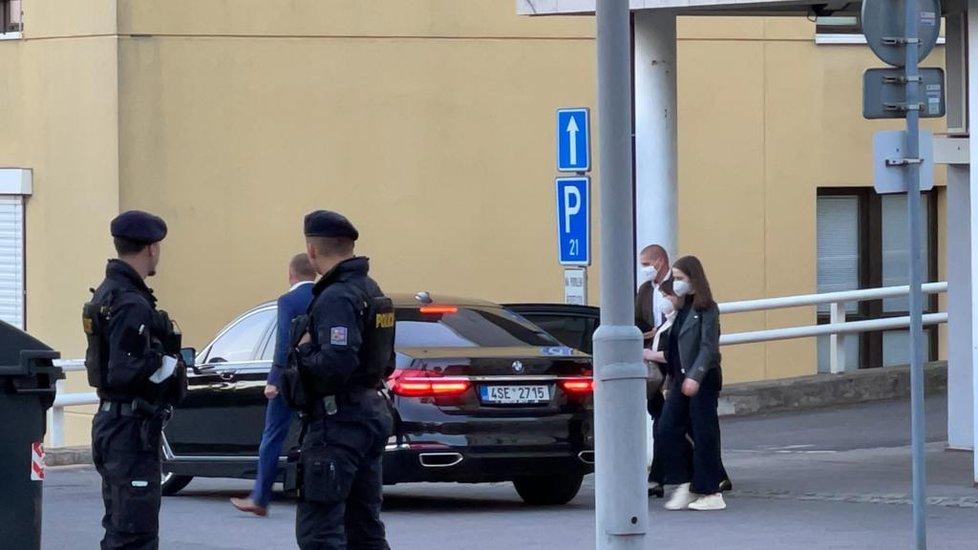Náhlá hospitalizace prezidenta Miloše Zemana: Po pěti hodinách odchází z Ústřední vojenské nemocnice manželka Ivana a dcera Kateřina