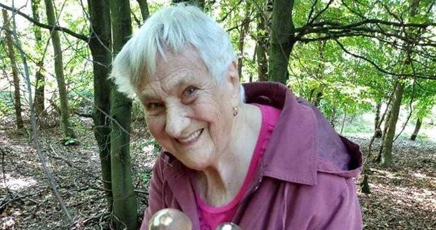 Alena vzala svou maminku Věru Lokšanovou (95) na houby.  Její momentky z lesa dojaly ostatní houbaře.