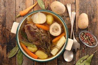 Silný hovězí vývar: Recept na poctivou polévku i základ omáček