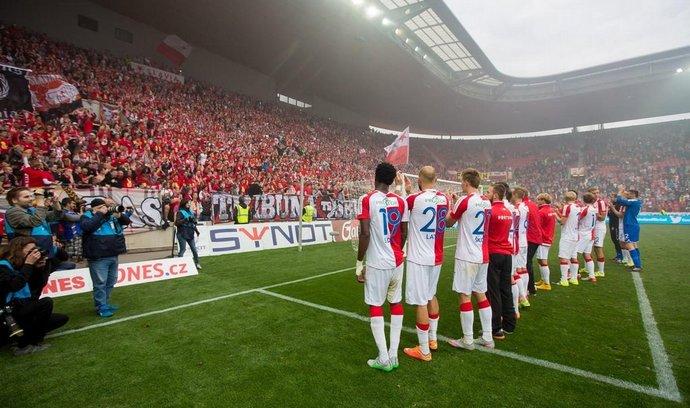 Hráči Slavie Praha při své tradiční děkovačce fanouškům