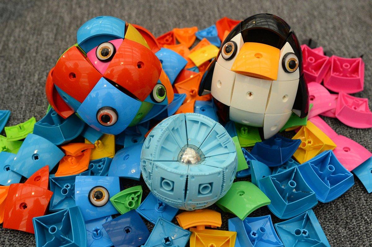 Koule Kor. Cena: 949 Kč. Stavebnice se skládá z kovové kuličky, na kterou se přikládají plastové krytky s magnetkem, které vytvoří různá zvířátka. Je oblíbená i u dospělých.