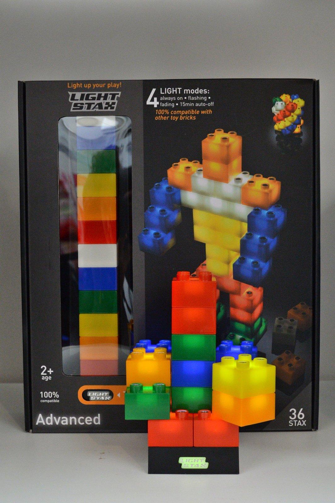 Svítící lego. Cena: 900 Kč. Speciální svítící součástky jsou pro doplnění k tradiční stavebnici lego. Postavit si s nimi můžete libovolný tvar nebo třeba i speciálního robota. Svítit vydrží až 10 tisíc hodin.
