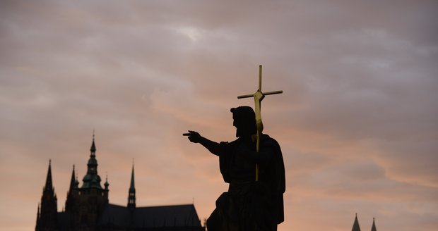 Poslední paprsky ozářily celou siluetu Pražského hradu.