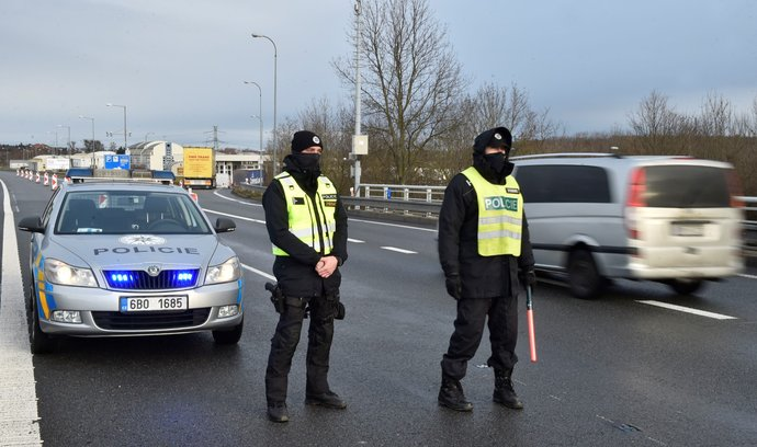 Policisté kontrolují 30. ledna 2021 v Lanžhotě provoz na přechodu se Slovenskem Břeclav-Brodské.