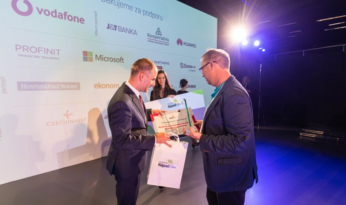 Cenu za 1. místo projektu Aireen, Janu Hlaváčkovi předává Richard Stonavský Viceprezident regulace a vnějších vztahů z Vodafone