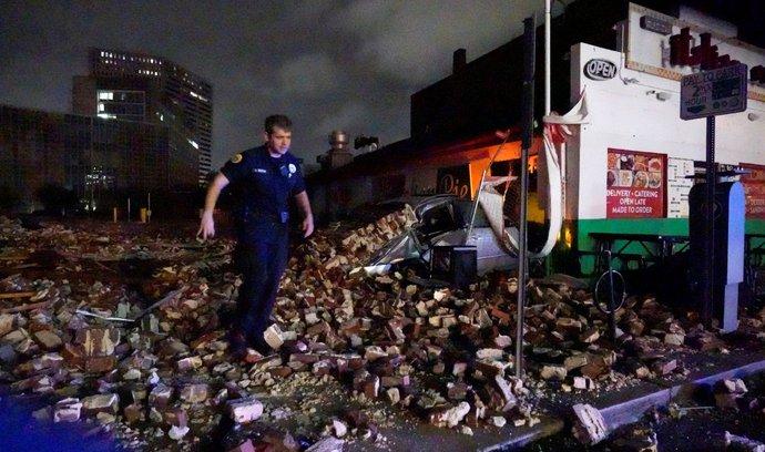 Poicista prohledává trosky zničené budovy v New Orleans