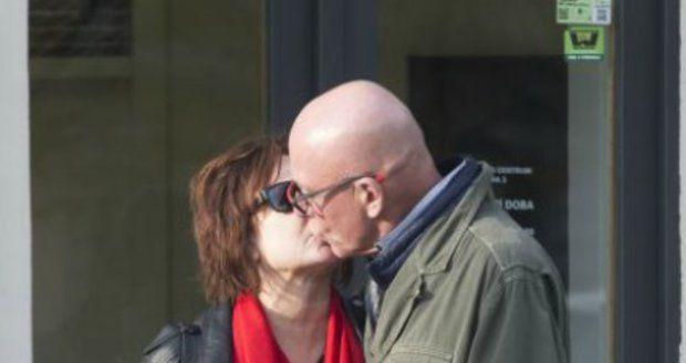 Došlo i na romantický polibek.