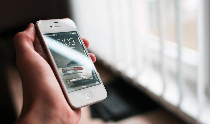 iPhone (na obrázku) nepatří mezi nejprodávanější smartphony na českém trhu. Pro obchodníky je ale zajímavý z hlediska obratu.