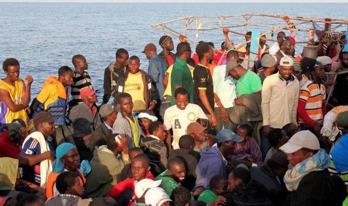 Imigranti při plavbě přes Středozemní moře