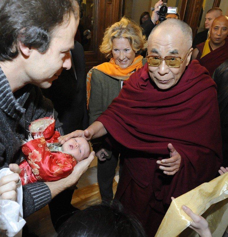 Dalajláma přiletěl do Prahy. V hotelu na něj čekali jeho příznivci.