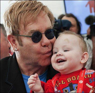 Elton John s patnáctiměsíčním Lvem