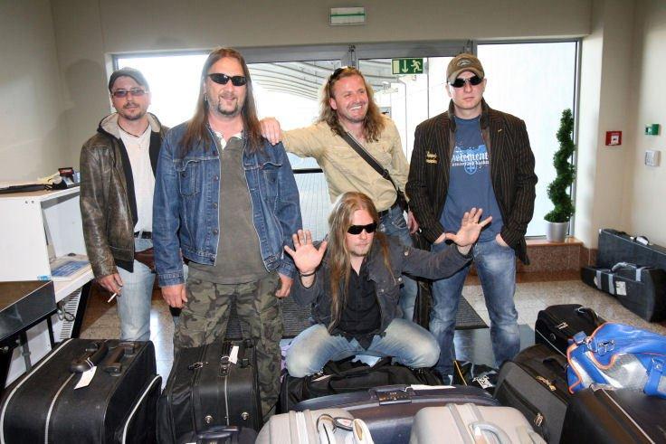Kabáti s frontmanem Pepou Vojtkem (třetí zleva) chvíli před odletem do Helsinek.
