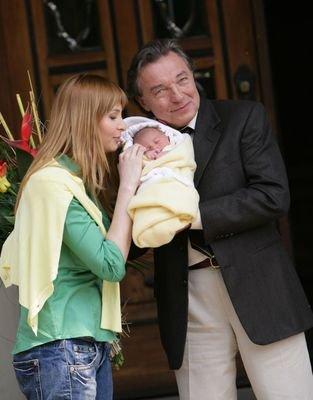 V neděli 30. dubna 2006 v 6.29 se mu narodila třetí dcera, Charlotte Ella. A proč takové jméno? Charlotte v sobě skrývá i jeho vlastní křestní jméno (Charles – Karel). A Ella jako jeho oblíbená jazzová královna Ella Fitzgerald… Gott b