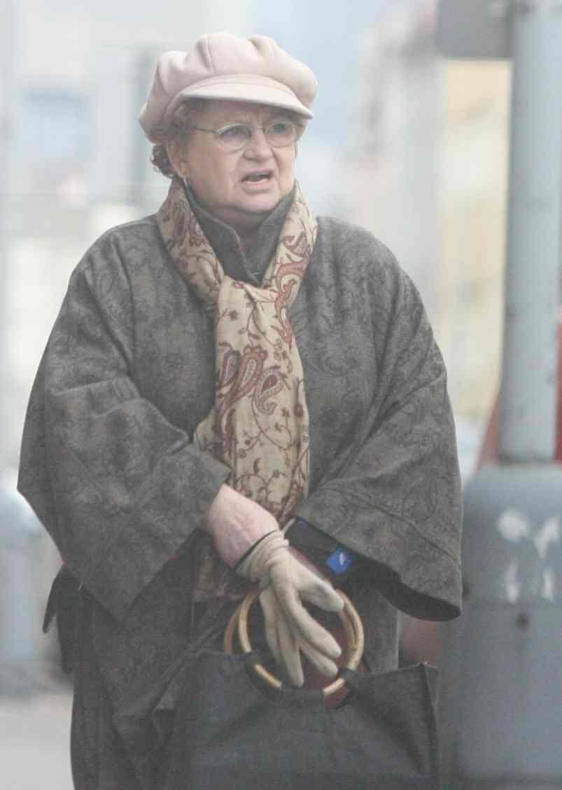 Věra Čáslavská naposledy odchází z Klubu seniorů v ulici Marii Cibulkové na pražské Pankráci, kde léta bydlela.