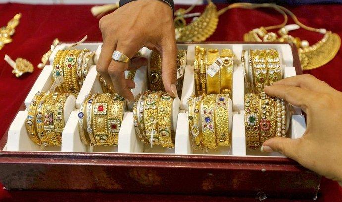 Indii navzdory. Ceny zlata rostly i v únoru, přestože tradiční velkoodběratel světového zlata, Indie, v daném měsíci nakoupil nejmenší objem za dva roky. Na snímku je nabídka bombajského klenotnictví.