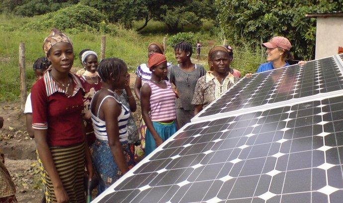 Instalace solárních panelů ve vesnici v Beninu (ilustrační foto)