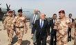 Irácký premiér Habádí při návštěvě Mosulu, v pozadí americký letoun.