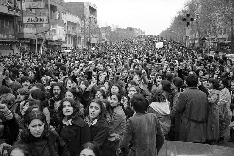 Írán, 1979: Ženy protestují proti povinnému nošení hidžábu