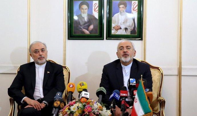 Íránský předseda pro jadernou energii a exministr zahraničí Alí Akbar Sálehí (vlevo) a současný ministr zahraničí Mohammad Džavád Zaríf.