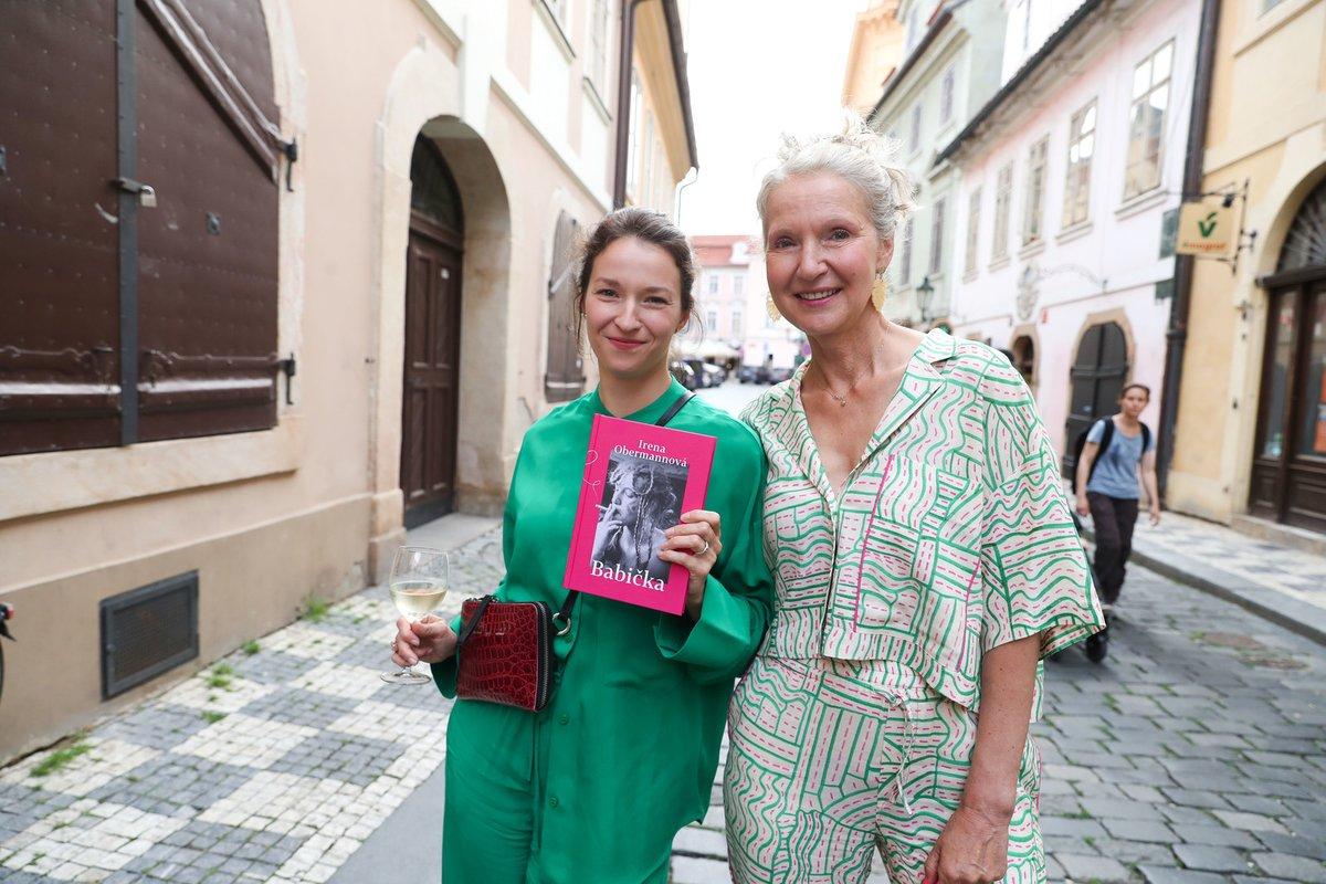 Křest nové knihy Ireny Obermannové: Autorka knihy s dcerou Berenikou Kohoutovou