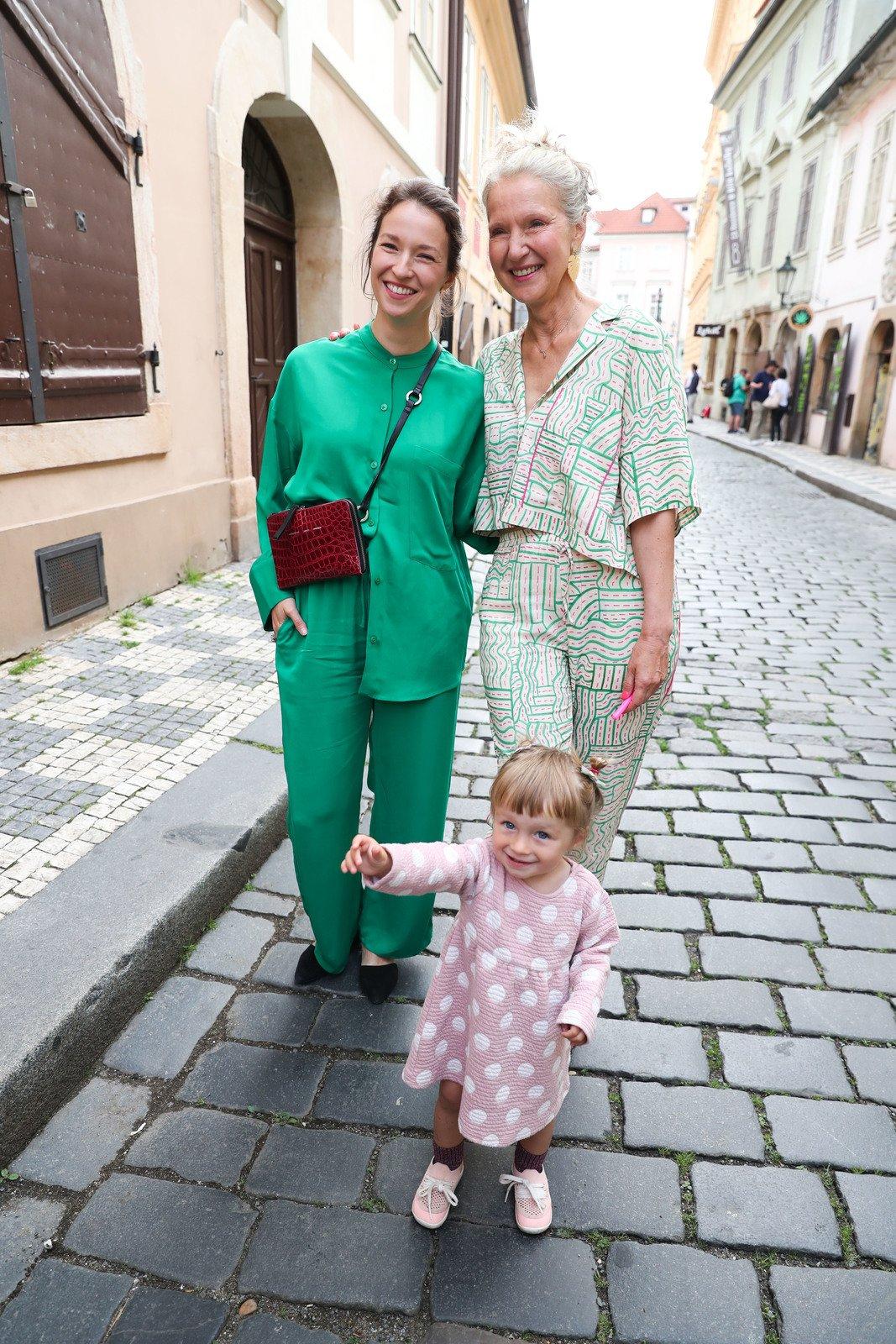 Křest nové knihy Ireny Obermannové: Autorka knihy s dcerou Berenikou Kohoutovou a vnučkou