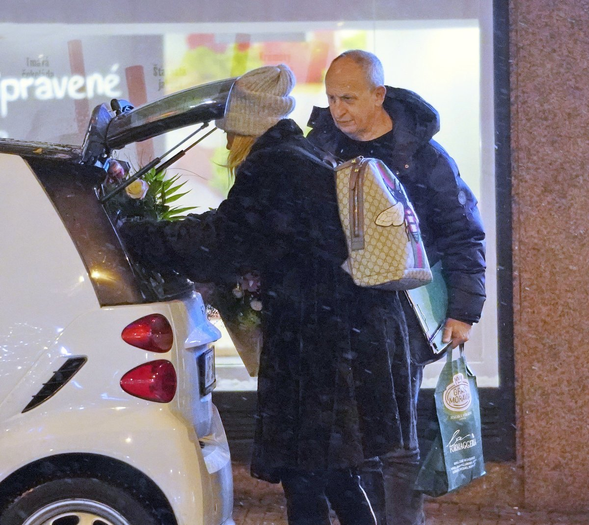 Jan Kraus a Ivana Chýlková došli k miniautíčku a naskládali se dovnitř.