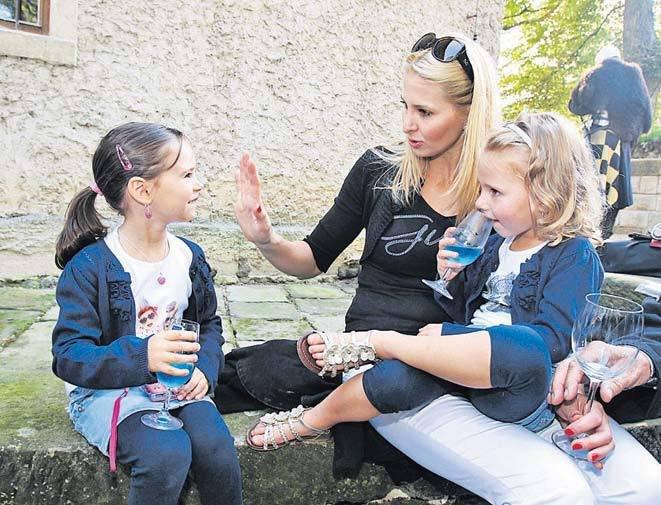 Svůj volný čas bude muset dělit mezi dcerky Nelly a Charlottku a školu.