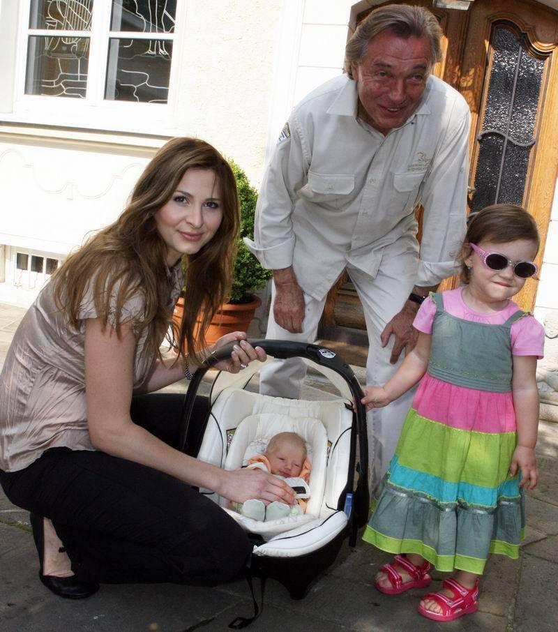 Maličkú sestričku si spolu s rodičmi prišla z nemocnice vyzdvihnúť aj 2-ročná Charlotte Ella.