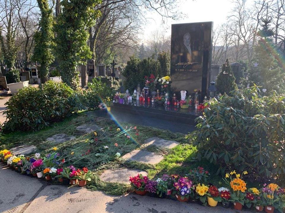 Na hrobě Karla Gotta se objevila jarní výzdoba. Ivana promluvila